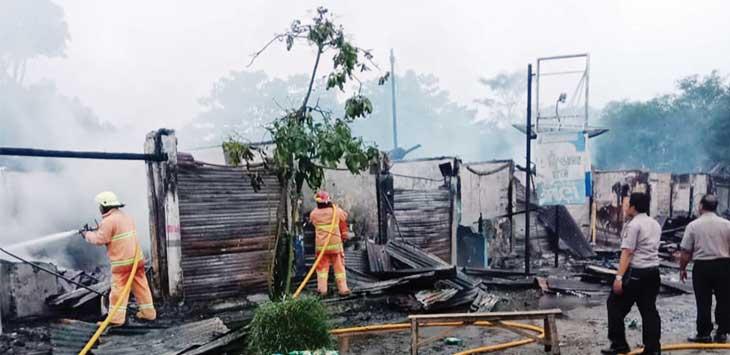 PEMADAMAN: Sejumlah petugas gabungan saat berjibaku memadamkan api yang melalap belasan kios di kompleks terminal Cikembang, Desa Cimanggu, Kecamatan Cikembar, hangus tebakar dilalap sijago merah.