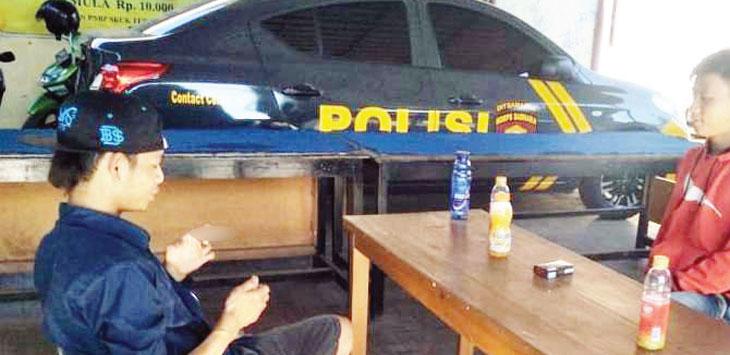 LAPORAN: Dua warga korban pembacokan tujuh remaja di kantor Polsek Cikampek, minggu (6/1/19). Asep Sopian/Radar Karawang