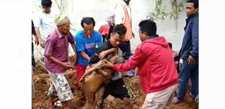Warga mengevakuasi anak yang tertimbun longsor di Cicurug.