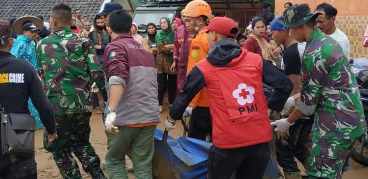 Evakuasi korban longsor di Sirnaresmi, Cisolok, Kabupaten Sukabumi.