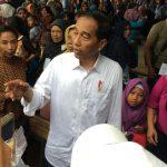 Presiden Jokowi menyapa pedagang di Kecamatan Muaragembong, Kabupaten Bekasi.