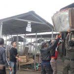 MEMINDAHKAN: Satuan Polisi Pamong Praja (Satpol PP) Kota Sukabumi saat memindahkan bangunan lapak pedagang ke lokasi relokasi.