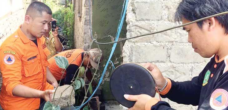 PENANGANAN: Petugas BPBD Kota Sukabumi saat mengecek dinding rumah warga Cipanengah, Kecamatan Lembursitu yang terdampak gempa bumi yang terjadi pada Senin malam.