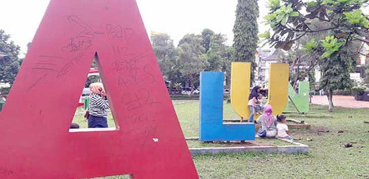 Simbol Alun-Alun Kota Sukabumi yang dipenuhi coretan-coretan dari orang yang tidak bertanggungjawab.