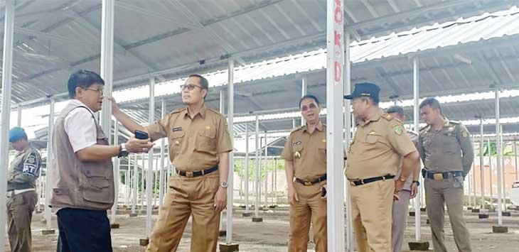 MENINJAU: Walikota Sukabumi, Achmad Fahmi dan Wakil Walikota Sukabumi, Andri Hamami meninjau lokasi relokasi pasar pelita di eks Terminal Sudirman, Rabu (2/1).