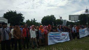 Ratusan mahasiswa dan santri Cirebon saat aksi menuntut penyelenggaraan Pemilu 2019 yang damai. (Alwi)