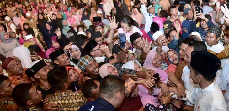 Presiden Joko Widodo saat dikerubuti masa yang ingin bersalaman beberapa waktu lalu di karawang