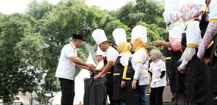 Boyke Febrian Mohammad saat menyalami para pembuat kue