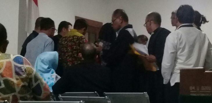 Para anggota DPRD Purwakarta saat di konfrontir oleh jaksa penuntut umum didepan hakim tipikor prihal tandatangan, mereka mengakui kalau tandatangan di kwitansi2 tersebut tandatangannya pada sidang kasus korupsi di pengadilan tipikor bandung beberapa waktu lalu.