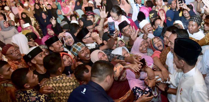 Ribuan masyarakat selalu berebut ingin bersalaman dengan Jokowi dimanapun berada. (foto Dok)