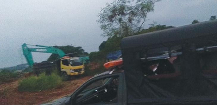 SEGEL: Pol PP menghentikan aktivitas galian tanah di Kampung Serab kemarin. RUBIAKTO/RADAR DEPOK