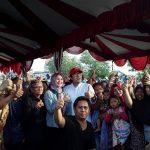 Anggota Komisi IV DPR RI, Ono Surono foto bersama masyarakat nelayan Kecamatan Indramayu. (yanto)