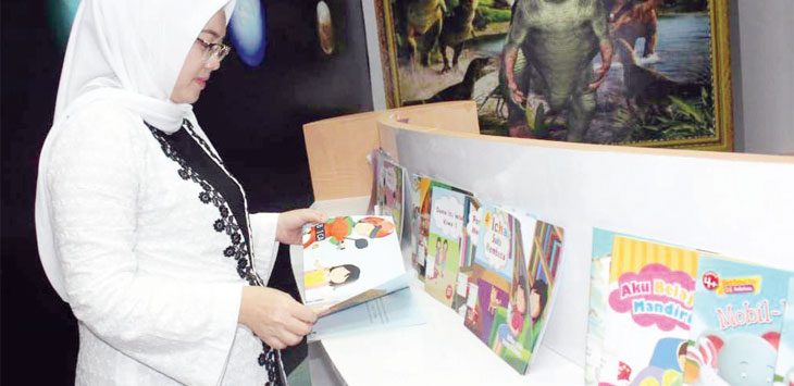 EDUKASI BUDAYA: Bupati Anne Ratna Mustika usai meresmikan Perpustakaan Digital Purwakarta memastikan jenis buku yang melengkapi perpustakaan bisa dijadikan bahan edukasi budaya. Gani/Radar Karawang