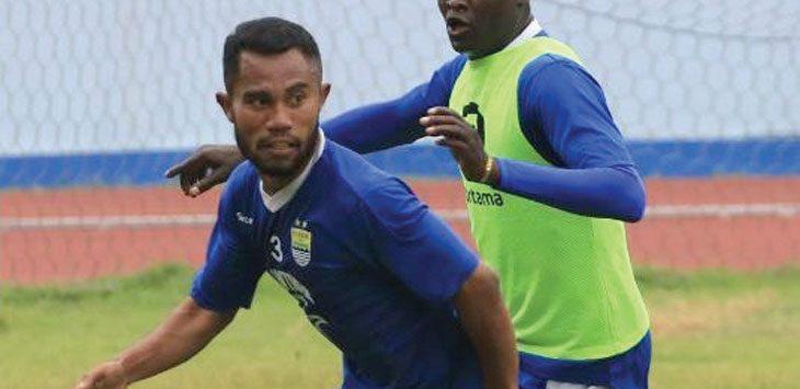 Bek sayap Persib Bandung, Ardi Idrus dan Ezechiel N'douassel saat menggelar sesi latihan bersama skuad Maung Bandung. Ist