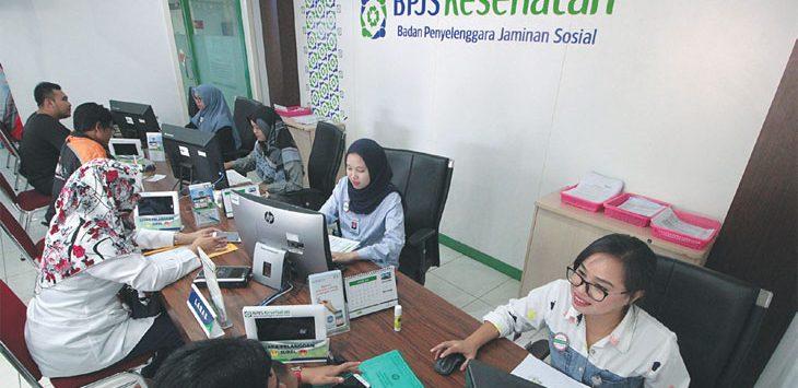 BERI PELAYANAN : Petugas saat memberikan pelayanan kepada masyarakat yang mendatangi Kantor BPJS Kesehatan Kota Depok di Jalan Margonda Raya, Rabu (30/1/19). Ahmad Fachry/Radar Depok