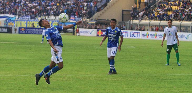 Beckham Putra Nugraha menunjukan skill saat menjamu Persiwa Wamena dalam leg 2 babak 32 besar Piala Indonesia di Stadion Si Jalak Harupat, Senin (11/2/19). TAOFIK ACHMAD HIDAYAT/RADAR BANDUNG