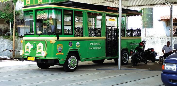 Bus Tampomas terparkir di halaman belakang Kantor Dinas Perhubungan. Tampak plat kuning sudah dipasang di bus wisata itu. Panji/Radar Sumedang