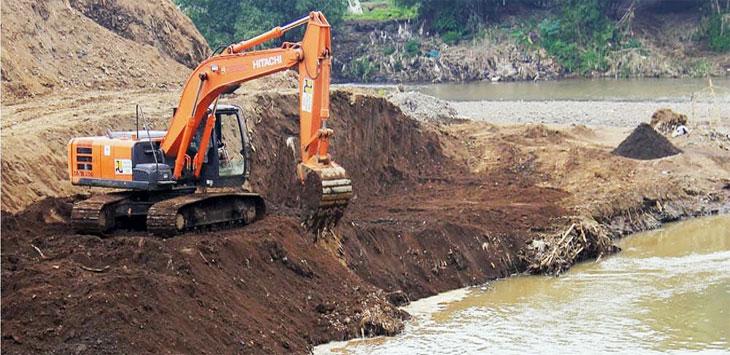 Suasana saat alat berat mengeruk pinggiran Daerah Aliran Sungai (DAS) Citarum yang dangkal, beberapa waktu yang lalu. Ist