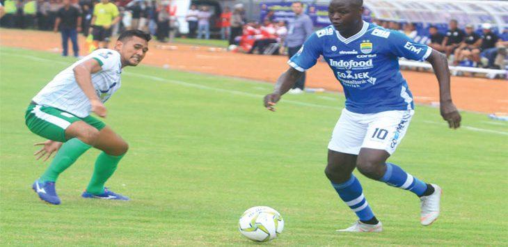 Ezechiel N'Douassel berhasil mengecoh pemain Persiwa Wamena di leg kedua babak 32 besar Piala Indonesia di Stadion Si Jalak Harupat, Soreang, Kabupaten Bandung, Senin (11/2/19). TAOFIK ACHMAD HIDAYAT/RADAR BANDUNG