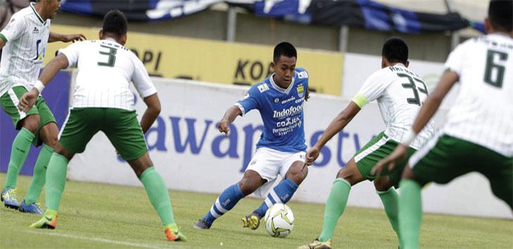 Gelandang muda Persib, Febri Hariyadi dihadang sejumlah pemain Persiwa Wamena di leg kedua babak 32 besar Piala Indonesia di Stadion Si Jalak Harupat, Soreang, Kabupaten Bandung, Senin (11/2/19). Ist