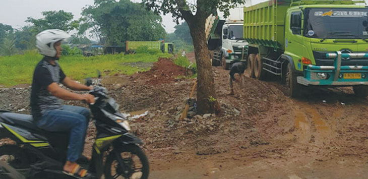 Setelah diberhentikan Pol PP aktivitas galian tanah di Kampung Serab masih terus dilanjutkan, senin (18/2/19). RUBIAKTO/RADAR DEPOK