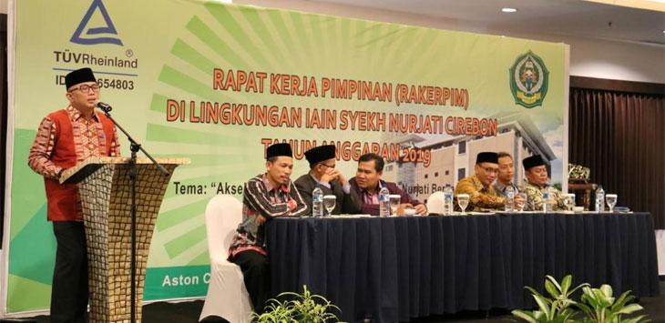 Pimpinan lembaga IAIN Syekh Nurjati Cirebon dan undangan saat duduk di podium memberi sambutan Rakerpim. (Alwi)