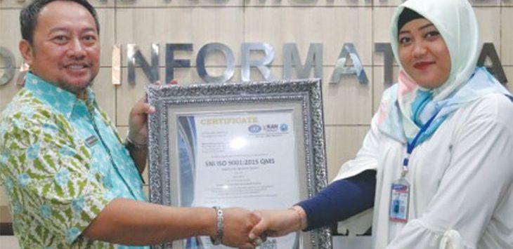 Kepala Bidang IKP Diskominfo Kota Depok, Nasrudin (kiri) menerima penghargaan Seritifikat ISO 9001-2015, kategori mutu pelayanan sesuai standar Internasional. Sani/Radar Depok