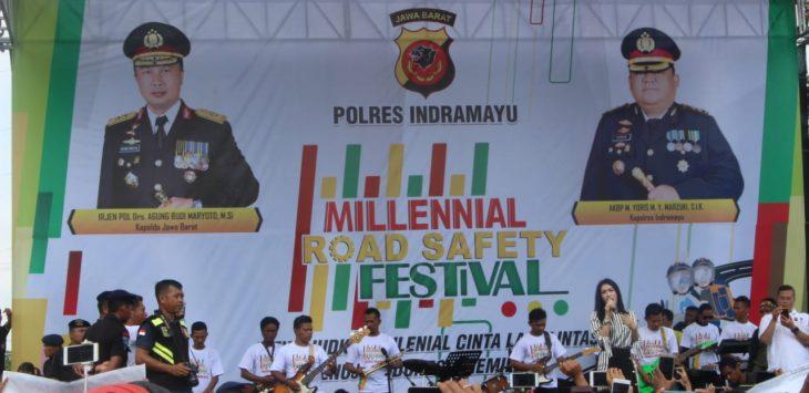 Iis Dahlia menghibur penonton di kegiatan Millenial Road Safety Festival di Indramayu. (yanto)