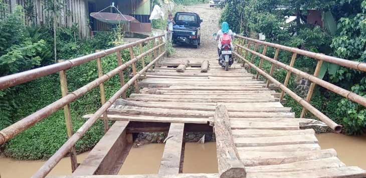 EKSTRA HATI-HATI: Seorang pengendara roda dua nampak ekstra hati-hati saat melintasi jembatan Linggamanik yang kondisinya kian memprihatinkan.