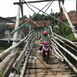 Jembatan bambu di sungai Cipager penghubung Desa Astapada dan Setu Wetan di Cirebon (kirno pojokjabar)