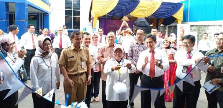 Kepala Kanwil DJP Jawa Barat Regional III, Catur Rini Widosari (tengah) didampingi Kepala DKUM Kota Depok, Fitriawan melaunching program Business Development Services (BDS), di Aula KPP Pratama Depok-Cimanggis, Senin (11/2/19).