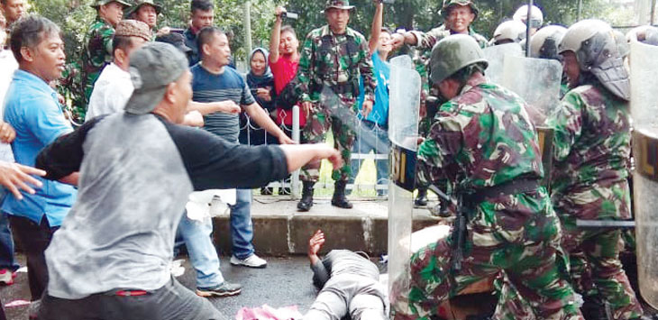 TNI dan warga terlibat bentrok di depan kantor Komisi Pemilihan Umum. Gani/Radar Karawang