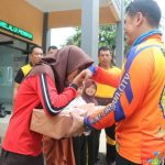 Kapolres Cirebon Kota (Ciko) AKBP Roland Ronaldy saat memberi bingkisan kepada anak yatim