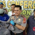 Kapolres Cirebon Kota (Ciko), AKBP Roland Ronaldy, saat menunjukan baju dinas polisi sebagai barang bukti. (Alwi)