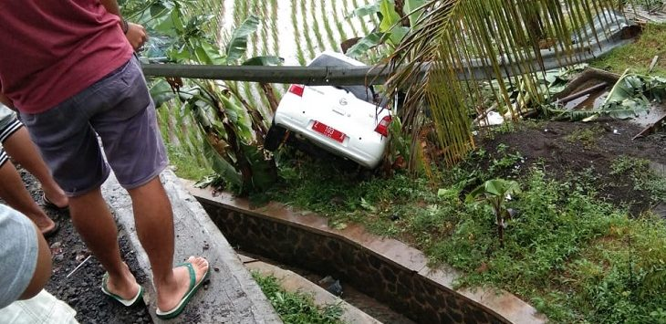 Kecelakaan tunggal, kendaraan terjerumus ke dalam parit./Foto: Istimewa