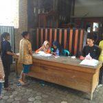 Keluarga Penerima Manfaat BPNT antre di E-Warung