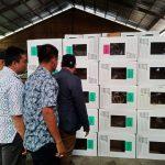 Kepala Divisi Pengawasan Bawaslu Jawa Barat, Zaki Hilmi, saat mengecek kondisi kotak suara KPU Kabupaten Cirebon yang rusak karena air hujan. (Alwi)