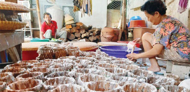 BUAT DODOL : Proses produksi dodol cina atau yang biasa disebut kue keranjang. Kini perajin kue khas imlek tersebut tengah mengejar waktu untuk memenuhi pesanan.