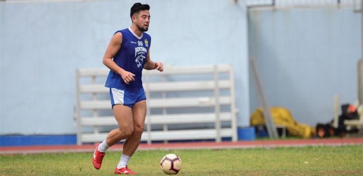 LATIHAN: Kunihiro Yamashita langsung mengikuti latihan bersama tim Maung Bandung di Stadion Arcmanik, Jalan Arcamanik, Kota Bandung, Kamis (31/1/19). FERRY PRAKOSA/ RADAR BANDUNG