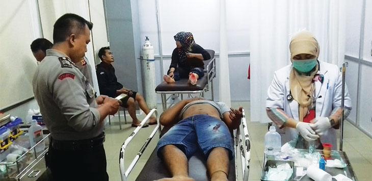 MEMANTAU : Anggota Polsek Paseh memantau kondisi Hendar saat dibawa ke IGD RSUD Sumedang. AGUN GUNAWAN/ Radar Sumedang