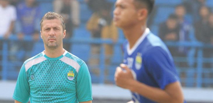 Pelatih Persib, Miljan Radovic fokus memantau latihan tim asuhannya di Stadion Sport Jabar Arcamanik, Kota Bandung beberapa waktu lalu. Dok