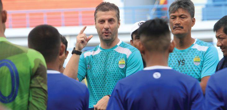 Pelatih Persib Bandung Miljan Radovic memberi arahan kepada sejumlah pemain saat latihan di Stadion Sport Jabar, Arcamanik, kota Bandung. Dok