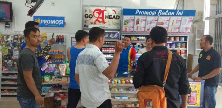 OLAH TKP : Anggota Reskrim Polres Cimahi melakukan oleh tempat kejadian perkara di minimarket Jalan Raya Cimareme, Kecamatan Padalarang, Kabupaten Bandung Barat, Minggu (10/2/19). Ist
