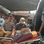 Nenek Kaltum saat dibawa Kepolisian resort Cirebon Kota (Ciko) ke RS Gunung Jati untuk menerima perawatan jalan. (Alwi)