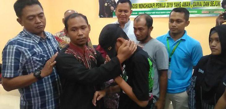 Nur Kalim guru yang ditantang berkelahi oleh murid SMP di Gresik Jawa Timur memaafkan muridnya (int)
