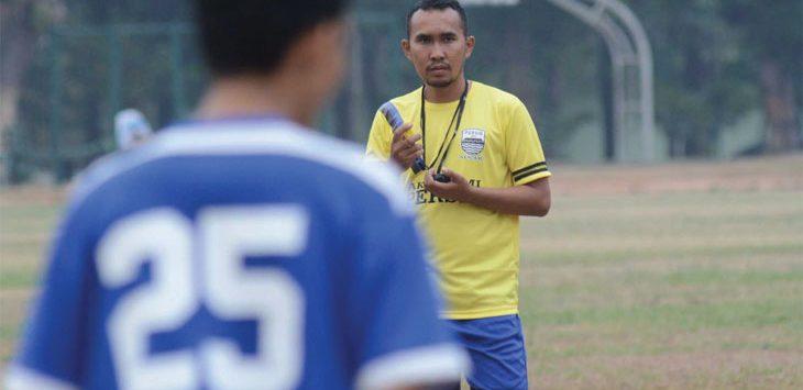 INTRUKSI: Pelatih Persib U-16, Imam Nurjaman saat memberi intruksi materi latihan kepada sejumlah pemain. Ist