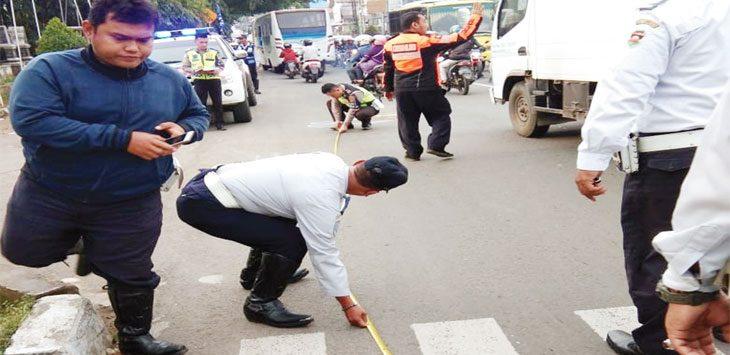 OLAH TKP : Anggota Polisi bersama anggota Dishub melakukan olah tempat kejadian perkara kecelakaan yang menewaskan Ibu Een di Jalan Raya Veteran, Cisereuh, Purwakarta, Kamis (7/2/19). Gani/Radar Karawang