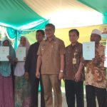 Penyerahan sertifikat tanah program lintas sektor tahun 2018 di Desa Gujeg, Kecamatan Panguragan, Kabupaten Cirebon. (kirno)