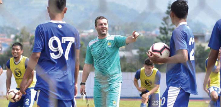 Pelatih Persib Bandung, Miljan Radovic saat memimpin jalannya latihan bersama skuad Maung Bandung. Ist