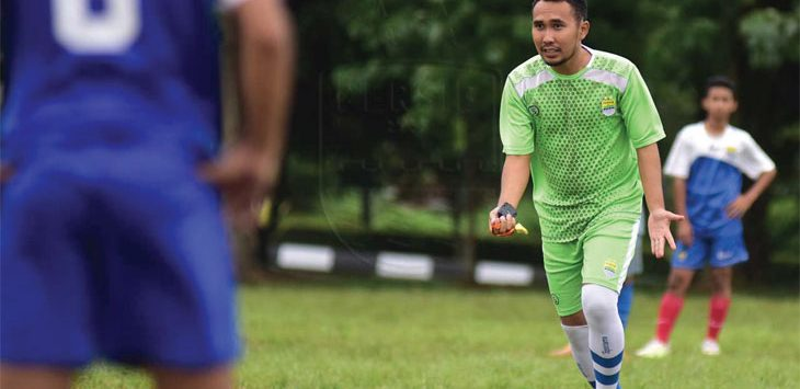 INTRUKSI: Pelatih Persib U-16 Imam Nurjaman memberi intruksi permainan kepada pemain. Ist